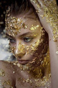 Shower me with gold dust Gif Kunst, Art Visage, Make Up Gold, Gold Everything, Gold Bodies, Golden Goddess, Gold Aesthetic, Gold Makeup, Makeup Eyes