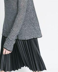 PULL COL TOMBANT À RAYURES de Zara