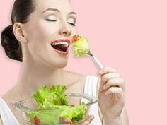Salat ist gesund und kalorienarm. EAT SMARTER verrät, wie Sie den perfekten Salat zubereiten. Mit den besten Tipps von Starköchin Cornelia Poletto.