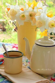 Aiken House & Gardens: A Cheerful Tea ....... yellow #daffodils