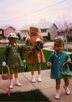 Cute vintage Easter pic -always had to have a bonnet and a purse to go with a new Easter outfit! Looks a lot like a pic with my sisters when younger My Childhood Memories, Sweet Memories, Family Memories, Charles Trenet, Photo Vintage, Baby Boomer, Easter Outfit, Easter Dress, My Youth