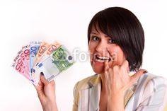 Junge Frau ist nicht happy über ihre finanzielle Situation.