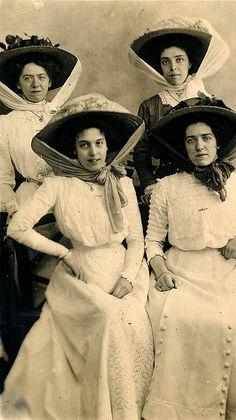 Four women on an outing to Folkestone, Engtland. This photograph was taken by Valentine 44 High Street, Folkestone. Edwardian Clothing, Edwardian Era, Edwardian Fashion, Historical Clothing, Vintage Fashion, Victorian, Women's Clothing, Style Édouardien, Old Dresses