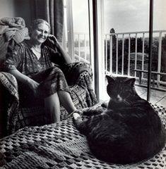 """Doris Lessing amaba tanto los gatos que les escribió varios libros y contó muchas partes de su vida a través de ojos felinos: """"Sabía que acabaríamos teniendo un gato en casa. Tal como se sabe que si tu casa es demasiado grande al final llegará alguien a instalarse en ella, hay ciertas casas que no se conciben sin un gato"""".  Leer más: http://www.mdzol.com/nota/501407/"""