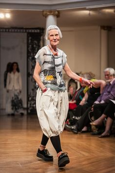 Walk This Way – a Fashion show Stylish Older Women, Older Women Fashion, Womens Fashion, Fashion Models, Fashion Show, Fashion Outfits, Fashion Design, Quirky Fashion, Painted Clothes
