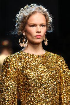 Une coiffure spéciale jour J: défilé Dolce&Gabbana http://www.vogue.fr/mariage/beaute/diaporama/une-coiffure-speciale-jour-j/16570/image/887461#!defile-dolce-amp-gabbana-printemps-ete-2014