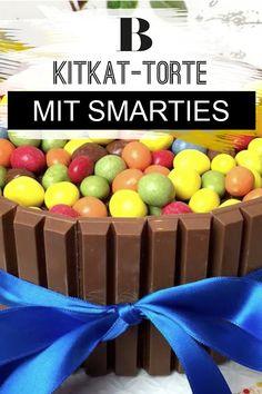 Einen leckeren Kuchen für den Kindergeburtstag gesucht? Wie wäre es mit KitKat und Smarties? Diese bunte KitKat-Torte macht optisch was her, passt auf jeden Geburtstagstisch - und ist schneller gemacht als gedacht. Kitkat Torte, Easter Eggs, Blog, Food And Drink, Muffins, Yummy Cakes, Kids, Ideas, Muffin