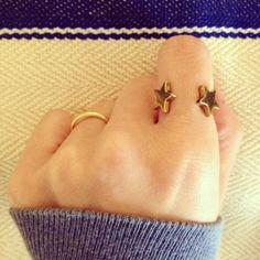 ヘマタイトのスターで指輪をつくりました。調節可能なリングなのでどの指でもつけられます。関節リングとしてもお使いいただけます。シンプルながら存在感のある指輪です...|ハンドメイド、手作り、手仕事品の通販・販売・購入ならCreema。
