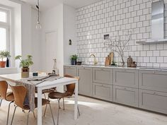 A fab swedish home in neutrals and a cute doggy! (my scandinavian home) Home Interior, Decor Interior Design, Kitchen Interior, New Kitchen, Kitchen Dining, Apartment Interior, Kitchen Black, Kitchen Floor, Modern Interior