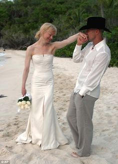Renee Zellweger opted for a £7,000 Carolina Herrera designed wedding dress for her marriage to country music star Kenny Chesney in the U.S. Virgin Islands       Read more: http://www.dailymail.co.uk/femail/article-2003871/Twilight-fans-Twitter-Carolina-Herrera-named-Bella-Swans-wedding-dress-designer.html#ixzz1PSAyrG00