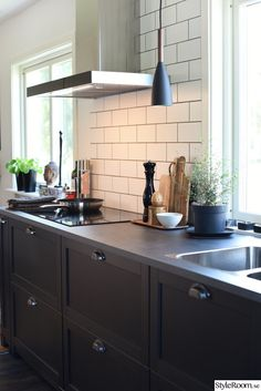 Dress up the kitchen furniture with a small budget - Home Fashion Trend Kitchen Clocks, Kitchen Shelves, New Kitchen, Kitchen Cabinets, Kitchen Ideas, Kitchen Appliances, Farmhouse Style Kitchen, Modern Farmhouse Kitchens, 3d Models