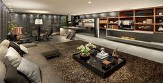 O Estúdio Gourmet, assinado pelo arquiteto Ricardo Rossi, foi inspirado na beleza vibrante de Nova York. O profissional se baseou no desejo de criar um ambiente masculino, com a integração como maior diferencial. Os tons de preto, cinza, marrom e fendi transitam por todo espaço. Confira o projeto: http://bbel.me/1lkjw5H.