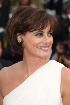Ines de la Fressange is as goofy as she is gorgeous! Here she is at the 2012 Cannes International Film Festival. Cute Short Haircuts, Short Bob Hairstyles, Easy Hairstyles, Haircut Trends 2017, Disconnected Haircut, Hair Foils, Moda Paris, Trending Haircuts, My Hairstyle