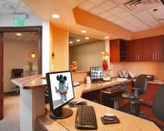 nice clean office area pleasant to the eye Dental Office Decor, Medical Office Design, Modern Office Design, Modern Offices, Healthcare Design, Home Office Furniture Desk, Desk Office, Work Desk, Office Walls