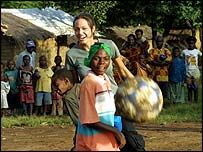安吉麗娜·朱莉在她前往坦桑尼亞