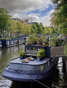 Woonboten / House boats, living on the canals in Amsterdam Barge Boat, Canal Barge, Canal Boat, Dutch Barge, Houseboat Living, Living On A Boat, Boat Interior, Floating House, Narrowboat
