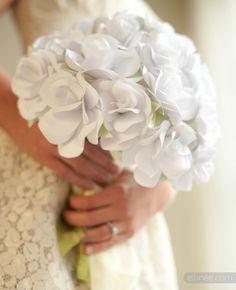 Buquê de papel para noivas. Clique para ver o passo-a-passo e aprender a fazer! Foto: Ellinee.