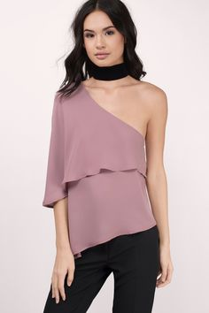 You'll fall in love with the Lee One Shoulder Blouse. Featuring a one shoulder blouse and asymmetrical hem. Pair with leggings and choker.