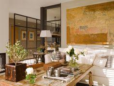 Sofás diseño de Jeanette Trensig, mesas auxiliares de Becara, en Cado, como la lámpara de sobremesa.