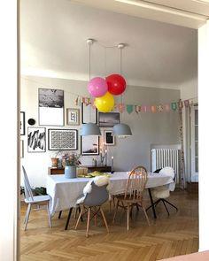 Geburtstagsdekoration im Esszimmer mit Luftballons und Girlande!  Gallerywall/Fischgrätenparkett/graue Wandfarbe/Holzstühle/Eames