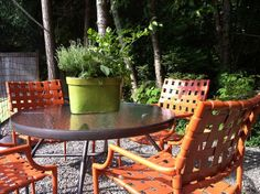 Spray paint was Krylon Fusion for Plastic (Terra Cotta) and Rust-Oleum Hammered Finished Hammered Brown. Bench Table And Chairs, Metal Patio Chairs, Cool Chairs, Outdoor Chairs, Outdoor Spaces, Outdoor Living, Types Of Furniture, Diy Furniture, Toddler High Chair