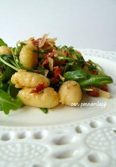 Penne im Topf: Gnocchi - Rucola - Salat