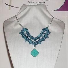 Collar 86: hilo azul matizado con piedra turquesa. Ch$5.000.
