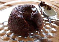 Il soufflè al cioccolato o tortino al cioccolato con cuore morbido è uno dei dolci più gustosi per l'inverno. Ecco la ricetta per le feste veloce e facile.