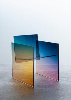 Conçu par le designer letton Germans Ermics, ce fauteuil en verre coloré baptisé Ombré, est inspiré d'une assise du designer japonais Shiro Kuramata. Cette
