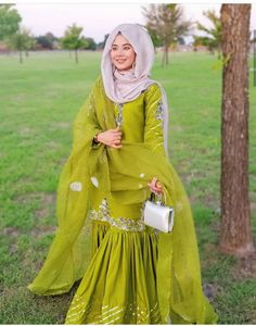 Fancy Dress Design, Bridal Dress Design, Stylish Dress Designs, Designs For Dresses, Pakistani Fashion Party Wear, Indian Bridal Fashion, Indian Fashion Dresses, Indian Designer Outfits, Beautiful Pakistani Dresses