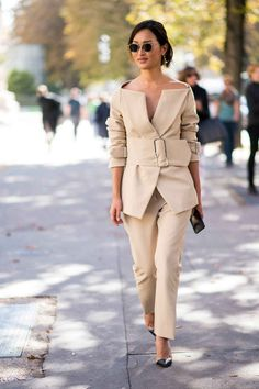 The style set has moved on from Milan to the City of Light for another chic week of fashion. Here are our fave Paris fashion week street style looks Street Style Outfits, Street Style 2017, Spring Street Style, Mode Outfits, Street Style Looks, Office Outfits, Fashion Outfits, Fashion Trends, Workwear Fashion
