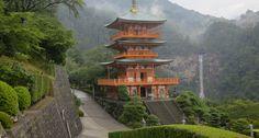 KUMANO KODO – JAPÃO A trilha Kumano Kodo fica próxima as montanhas Kii , no sul de Osaka e te leva para três santuários sagrados: Kumano Hongu Taisha, Kumano Hayatama Taisha, e Kumano Nachi Taisha. Você pode optar por caminhar por dias ou semanas ou encarar toda a peregrinação, que dura aproximadamente seis semanas. O bom é que no final do dia você encontra um hotel termal para aliviar o cansaço.