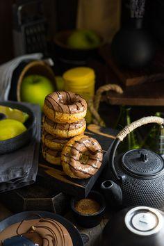 Пряные пончики из духовки с яблоками