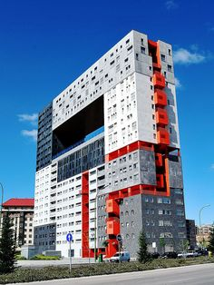 Edificio Mirador Madrid Post Crisis Banking Architecture - The (Virtual) Office The submit disaster Unusual Buildings, Interesting Buildings, Amazing Buildings, Modern Buildings, Unusual Houses, Colour Architecture, Facade Architecture, Contemporary Architecture, Classical Architecture