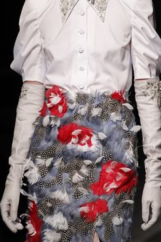 See all the Details photos from Erdem Spring/Summer 2018 Ready-To-Wear now on British Vogue Fashion Week, Spring Fashion, High Fashion, Fashion Show, Fashion Trends, Feather Fashion, Exclusive Clothing, London Spring, Erdem