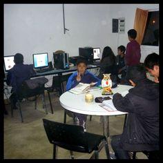 Sector de computadoras para que los chicos puedan investigar.