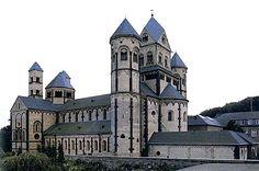 Abadía de Santa María de Laach. Pueden observarse características como la presencia de torres circulares o arquillos renanos.
