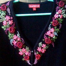 Ribbon Flower Tutorial, Ribbon Embroidery Tutorial, Hand Embroidery Dress, Kurti Embroidery Design, Hand Embroidery Videos, Bead Embroidery Patterns, Embroidery On Clothes, Flower Embroidery Designs, Silk Ribbon Embroidery