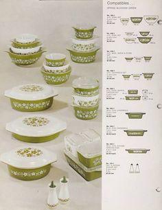 Spring Blossom Pyrex This is one I have been collecting ! Pyrex Vintage, Vintage Kitchenware, Vintage Glassware, Pyrex Set, Pyrex Bowls, Antique Dishes, Vintage Dishes, Plywood Furniture, Design Lounge