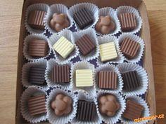 Domácí pralinky čokoláda, máslo,oříšky, kokos POSTUP PŘÍPRAVY Čokoládu rozpustíme v mikrovlnce a nalijeme do formiček na čokoládu, necháme zatuhnout , pak dáme náplň /napr.utřít máslo s cukrem, přidat oříšky, rum, kakao, nebo máslo s cukrem a kokos a dovnitř mandle/ a na náplň nalijeme čokoládu a necháme zuthnout. Czech Recipes, Russian Recipes, Caramel Latte, Holiday Cookies, Christmas Baking, Mini Cupcakes, Truffles, Sweet Recipes, Baking Recipes