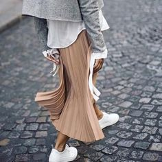 Latest Fashion Trends – This casual outfit is perfect for spring break or the Fall. 41 Surprisingly Cute Street Style Looks To Update You Wardrobe – Latest Fashion Trends – This casual outfit is perfect for spring break or the Fall. Pleated Skirt Outfit, Skirt Outfits, Pleated Skirts, Midi Skirt, Long Skirts, Mode Outfits, Fashion Outfits, Womens Fashion, Fashion Trends