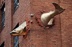 Salmon Sculpture, Portland, Oregon, USA - Look for the Salmon on Salmon Street! This funky fish statue is ranked out of 676 Portland attractions—making this fish with terrible aim one popular gilled dude! Street Art, Urbane Kunst, Wow Art, Fish Art, Outdoor Art, Art Plastique, Public Art, Urban Art, Installation Art