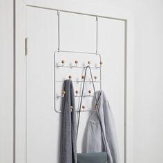 Heb je weinig ruimte voor een kapstok? Dan is de Umbra Estique deurkapstok perfect voor jou! Deze speelse kapstok kun je aan de deur hangen en bespaart zo heel wat ruimte. Met maar liefst 14 haken is er plek voor jouw hele jassencollectie!