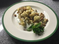Detox time: Roasted Cauliflower & Chickpeas with mint yoghurt Oven Roasted Cauliflower, Chickpeas, Detox, Easy Meals, Mint, Dishes, Vegetables, Healthy, Recipes