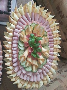 24 inspirations to serve cold plates - Kalte Platten - Wurst Meat Trays, Meat Platter, Cheese Trays, Food Trays, Party Food Platters, Party Trays, Party Buffet, Party Snacks, Fruit Buffet