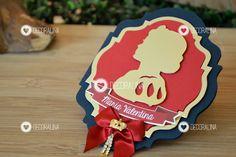 Convites no tema princesa Branca de Neve Luxo! Camadas em papel azul marinho, vermelho e papel metalizado dourado, além de aplicação de laço, coroa metálica e cordões de strass!!!    -------------------------    Combinação de cores: Azul marinho, vermelho e dourado (conforme foto).    Envie-nos t...