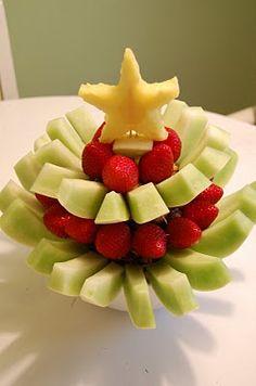 ------ Árvore de Natal de Frutas ------  E no fim da refeição, ou até para começá-la, que tal uma salada de fruta? Verde, vermelho e amarelo como não podia deixar de ser!