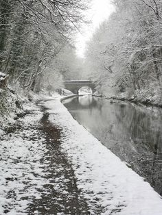 Snow covered Towpath and Bridge on the Shropshire Union Canal, Brewood, Staffordshire, England