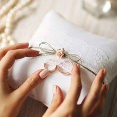 Un très beau coussin d'alliance vintage décoré d'une bande de dentelle, de ficelle et de roses en papier. #coussin #alliances #mariage #wedding #vintage #portealliance