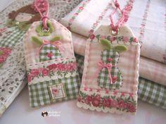Cuando compre estas telitas en tonos rosas,   pensé que eran ideales para hacer algo delicado,   un poco infantil y en seguida pensé en e...